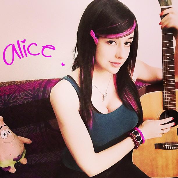 Alicebloodygirl Cleavage (18 pics)