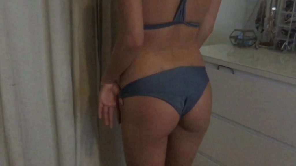 GwenGwiz Cleavage with Slight Nipple (15 pics)