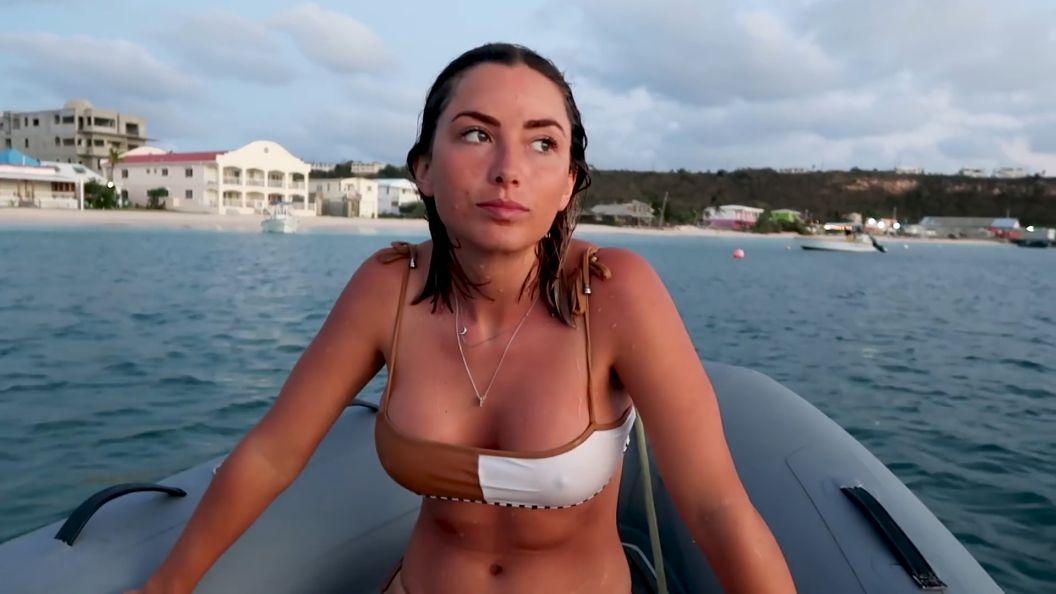 elayna-carausu-bikini-pokies