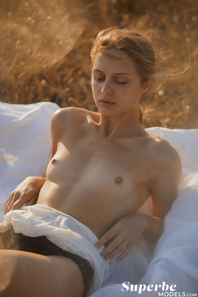 Amelie Lou Nude 3